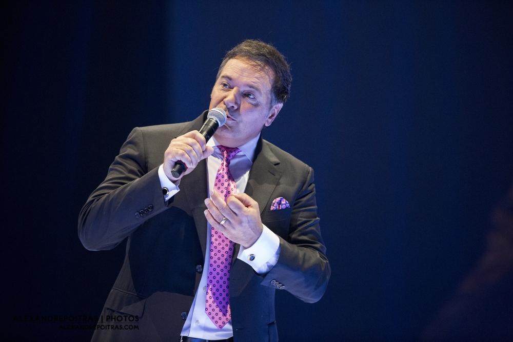 Le chanteur Mario Pelchat durant l'exécution de son spectacle