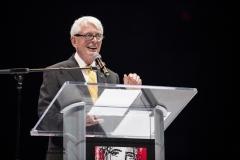Invité faisant son discours au micro sur la scène aménagée de la Glace du Centre Bell du Canadien de Montréal
