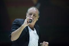 Chanteur en action sur la scène