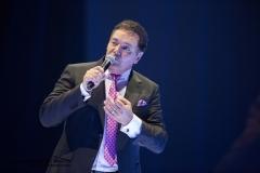 Le chanteur Mario Pelchat durant l\'exécution de son spectacle