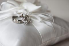 Bagues sur un coussin blanc attachées par une ficelle