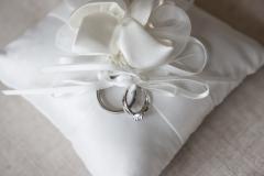 IMG_2861Bagues sur un coussin blanc attachées par une ficelle