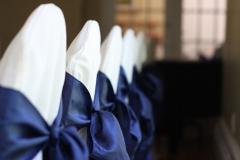 Plusieurs chaises de la table d'honneur une à coté de l'autre formant une longue ligne