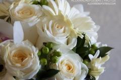 Photo rapprochée du bouquet de la mariée sur le comptoir de sa chambre.