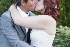 Le marié et la mariée s'embrassant tendrement