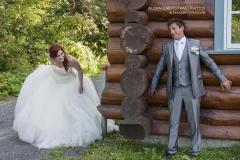 La mariée cherche le marié qui tente de se cacher d'elle pour rire.