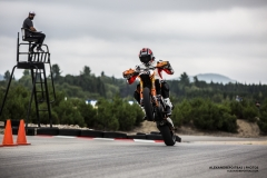 Moto KTM Supermotard en wheelie