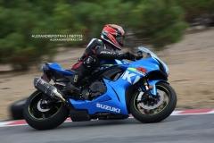 Moto GSX-R bleue penchée dans une courbe du circuit Mecaglisse Québec