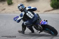 Pilote de super moto en drift durant le Supermoto X-Fest