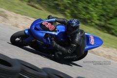 Pilote de moto sport posant le genou en courbe sur le circuit de Mecaglisse Québec