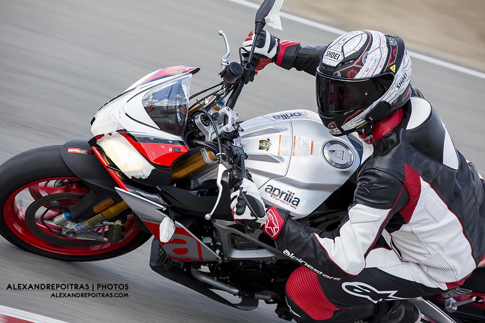 Moto Aprilia Tuono sur la piste de Mecaglisse