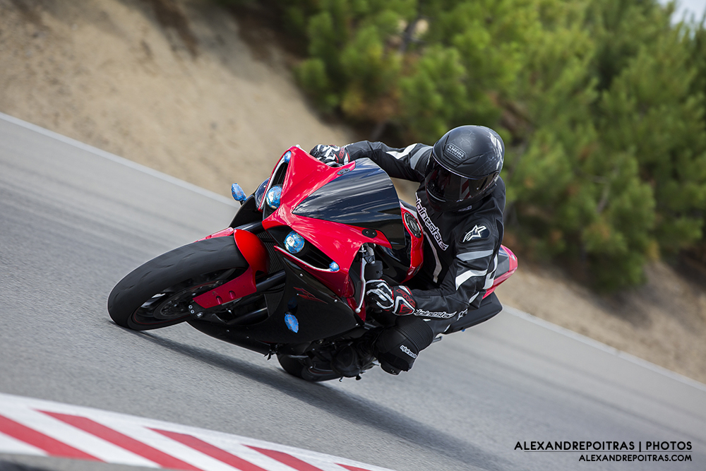 Yamaha R1 Rouge en courbe
