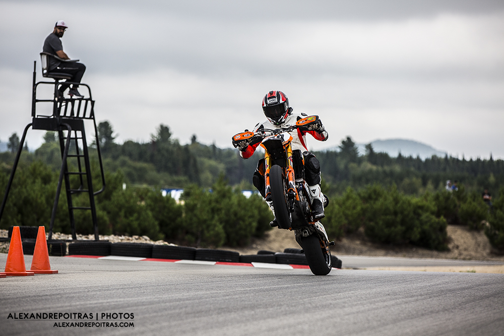 Marc Fournier en Supermotard faisant un wheelie