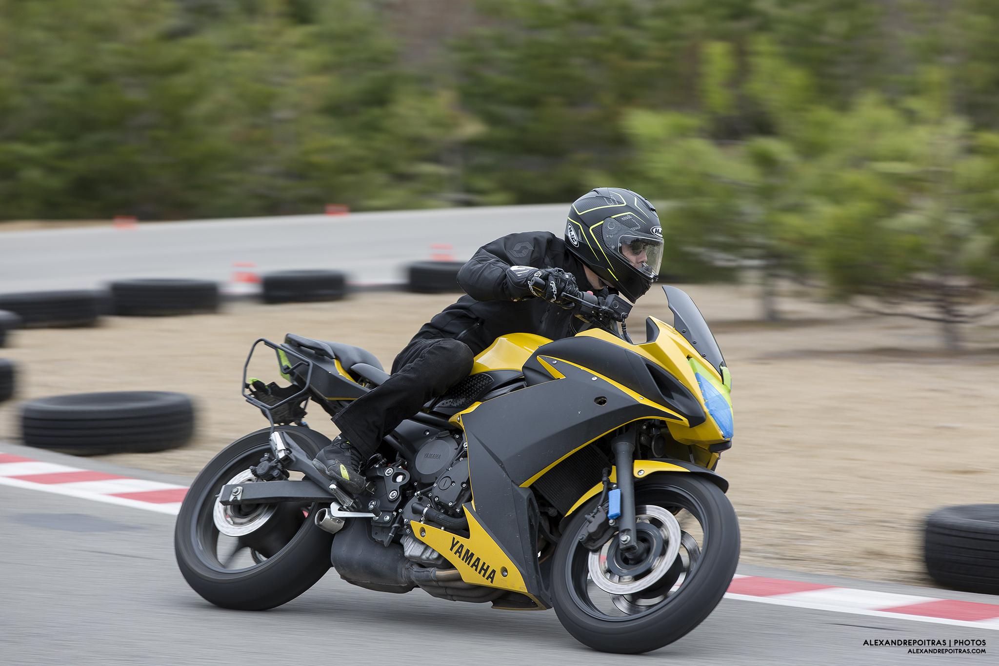 Yamaha FZ6 en courbe